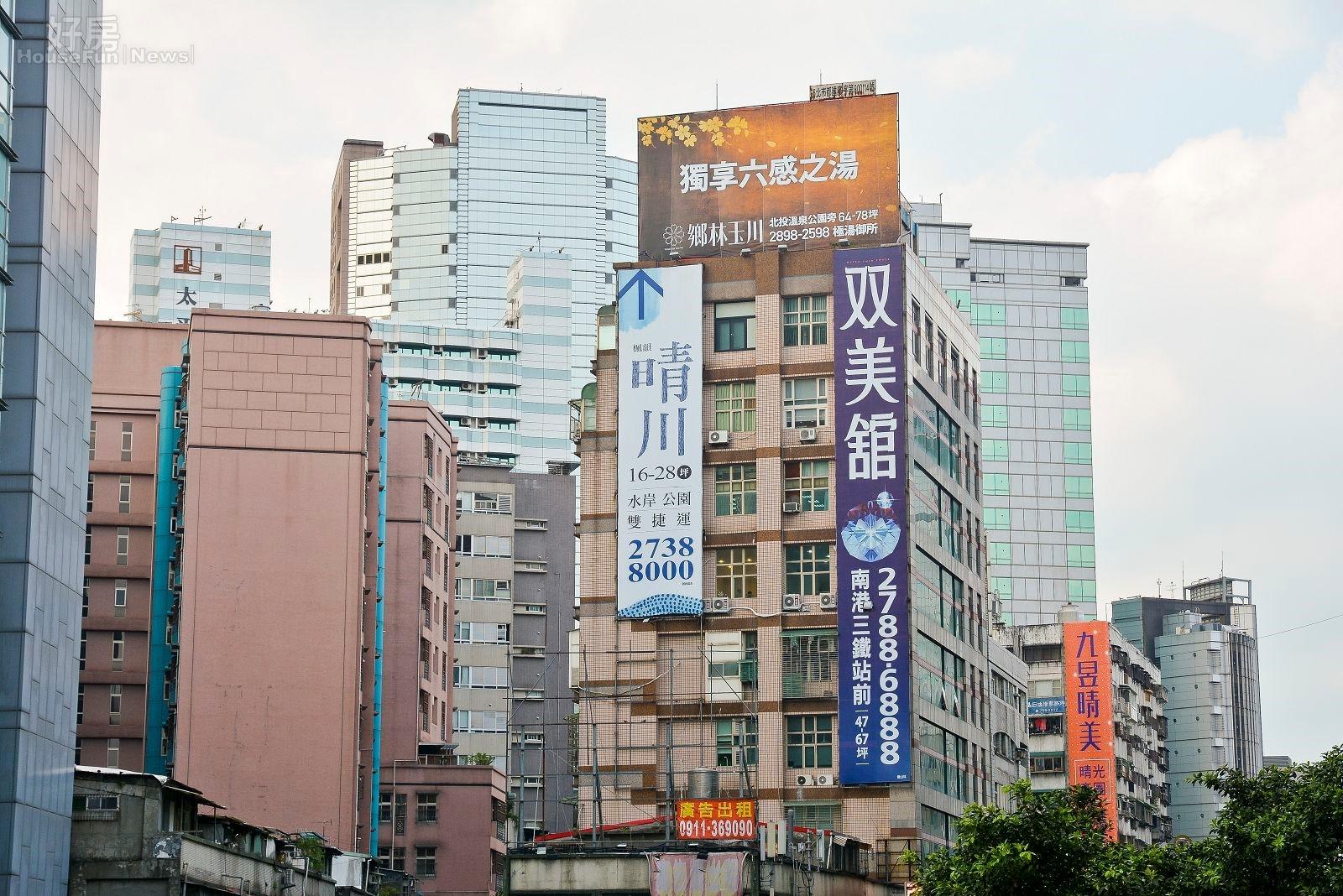 建案廣告 房市情境 街景。(好房網News記者 陳韋帆/攝影)