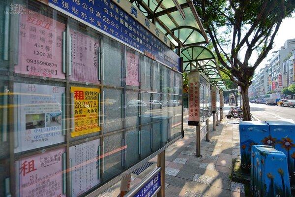 租屋廣告看板因租屋網站的流行,越來越少人租用,但也由於台灣偏高齡化的社會,其實有不少好物件還是得透過租屋看板才找的到。(好房網News記者 陳韋帆/攝影)