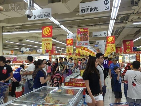 颱風過後,大賣場出現大批人潮(好房網NEWS記者林美欣攝影)