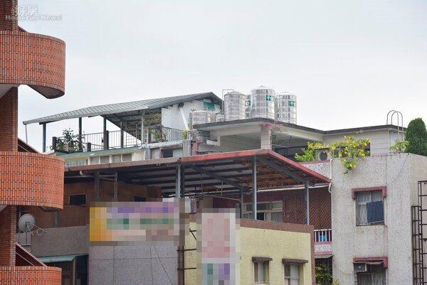 有頂加、太多水塔的老公寓,載重能力堪慮。(好房News記者 陳韋帆/攝影)