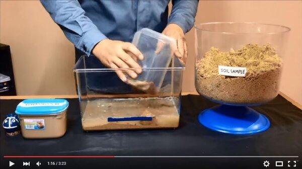 土壤液化模擬畫面。(翻攝自Youtube)