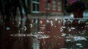 鄭州大雨地鐵車廂被淹 乘客下半身泡在水裡