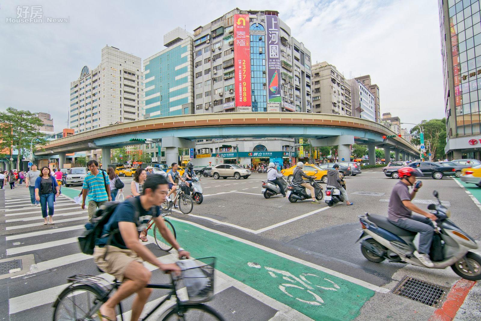 捷運科技大樓站,復興南路與和平東路交叉口街景,機車、腳踏車、路人。(好房News記者 陳韋帆/攝影)