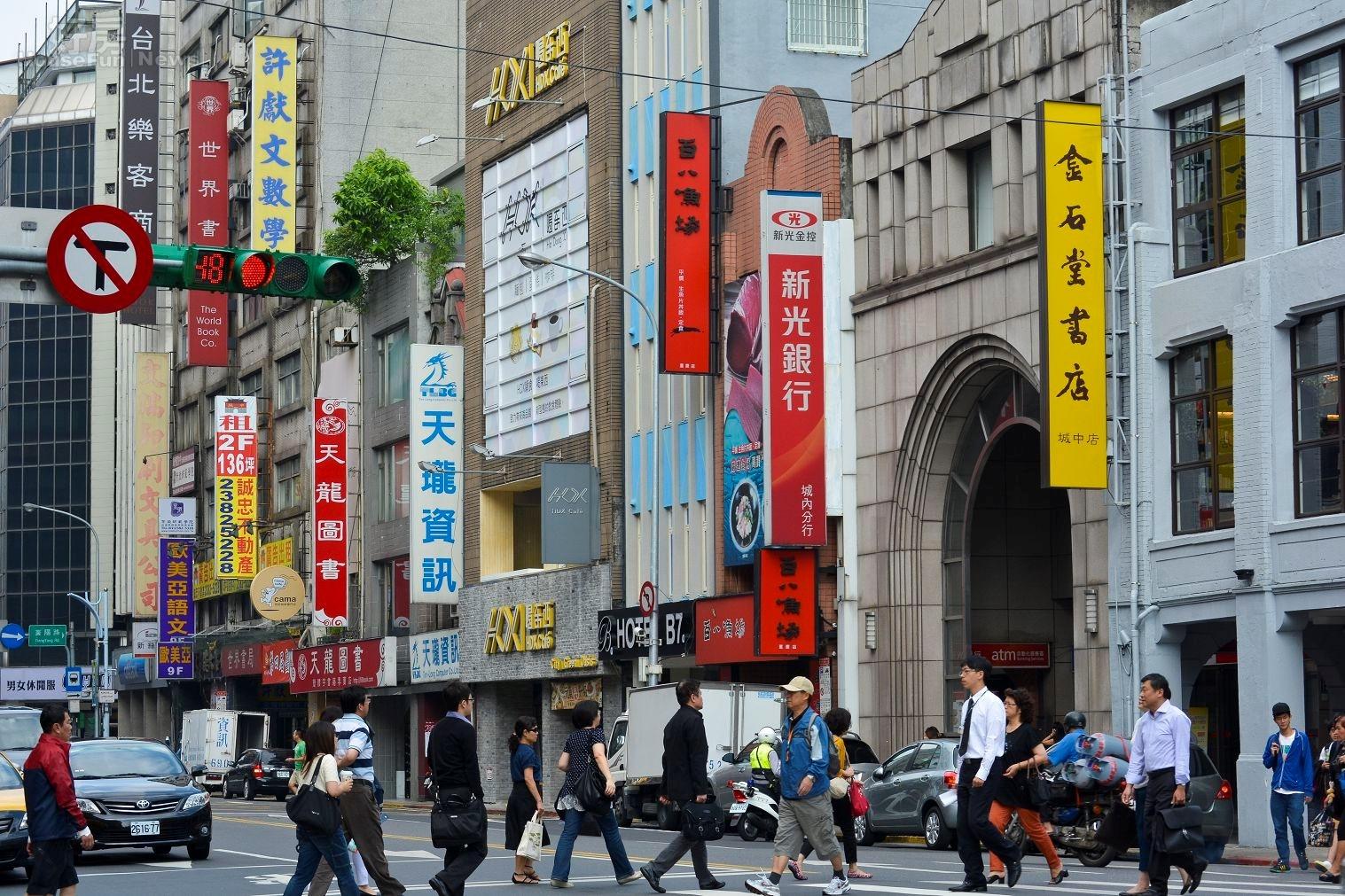 重慶南路一段老舊商辦人潮街景,老舊店面。(好房News記者 陳韋帆/攝影)