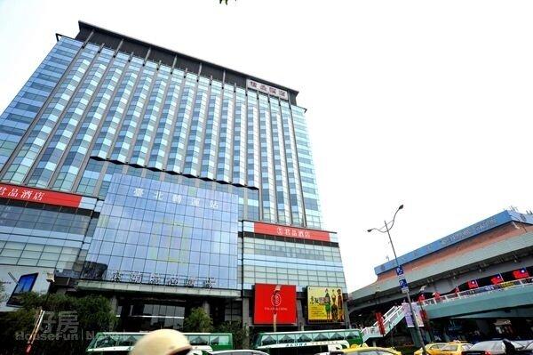 4康康也買下「京站」30坪辦公大樓。