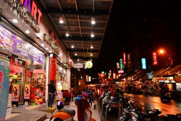 位於樹林火車站前的站前夜市佳瑪百貨與街景。(好房News記者 陳韋帆/攝影)