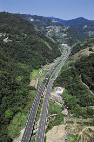 鐵工局計畫興建北宜直鐵,將與國道五號一樣都將穿越雪山山脈,引發爭議。圖/交通部國道新建工程局提供