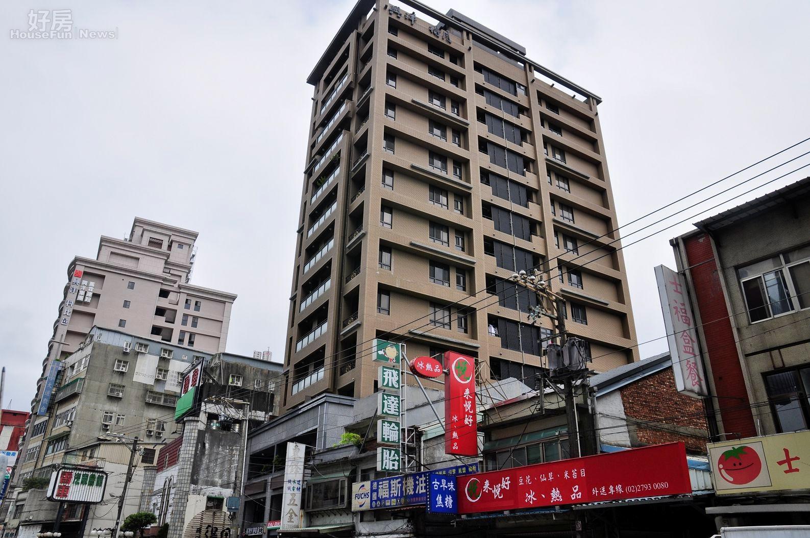 位於內湖區新明路的工業住宅,明顯比其他建物高了許多。(好房News記者 陳韋帆/攝影)