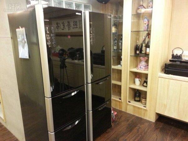 2.大冰箱旁有著酒櫃,採用與客廳一樣的原木設計。