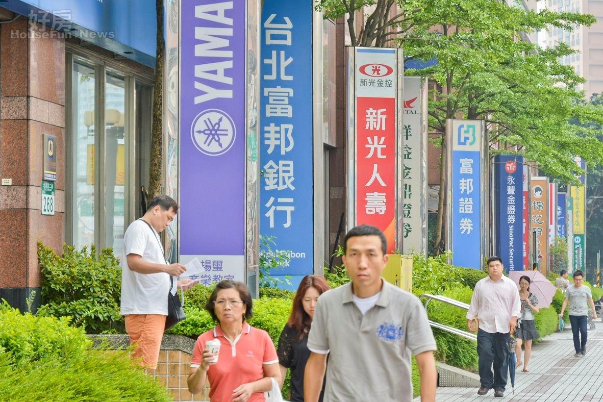 新店區的銀行街,銀行群聚照。(好房News記者 陳韋帆/攝影)
