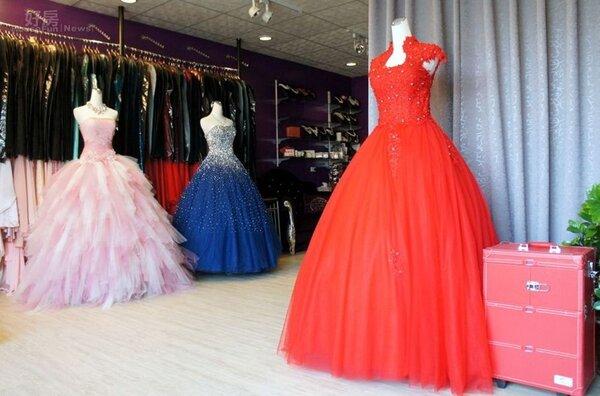 5.店內空間以活動簾幕做出格局,並設置大量衣架掛放禮服。