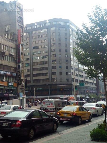 5南京東路五段辦公大樓林立。