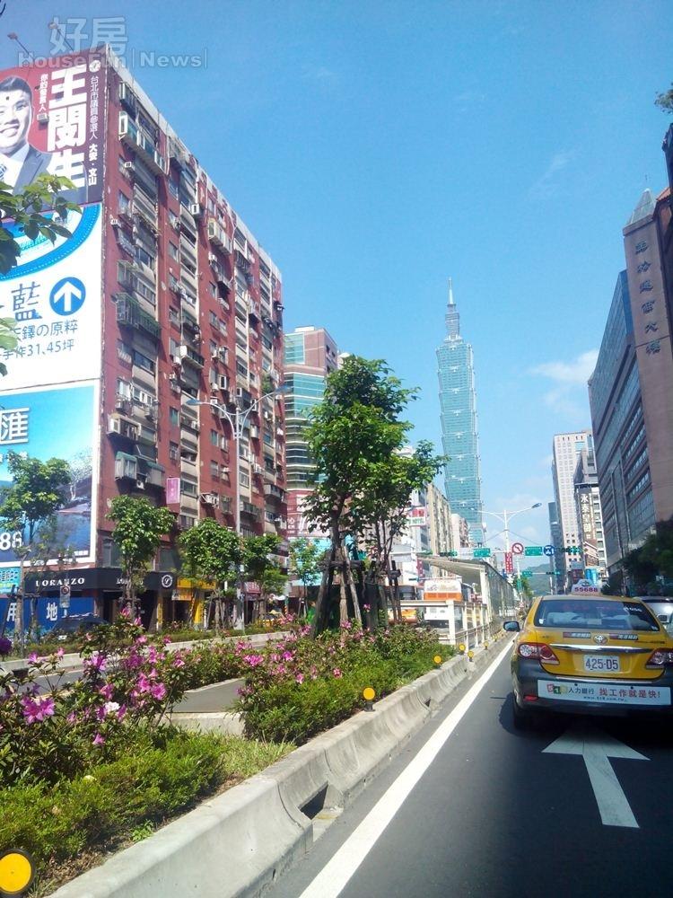 5從光復南路、信義路口,一眼就可以看見台北101大樓。
