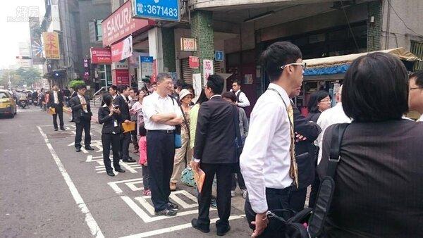 看屋熱潮,台北市師大路巷弄內出現長長看房的排隊人龍,屋齡24年的公寓,三房一廳開價1880萬,短短兩個半小時,吸引151組人排隊看房子。(照片民眾提供)