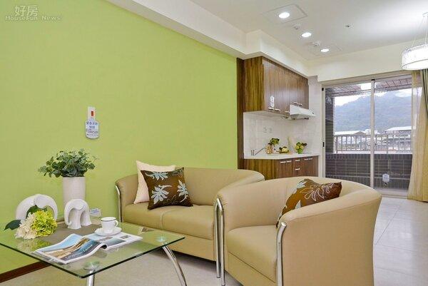 興隆公營住宅坪數較小的格局設計簡單,客廳就可看的到廚房,空間感不擁擠。(好房網News記者 陳韋帆/攝影)