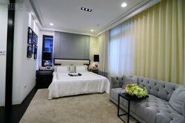 主臥房形狀為長方形。若要增加空間感去除隔間,讓次休憩區與主臥區連成一片。次休憩區也可改為第二衣帽間,甚至是書房。
