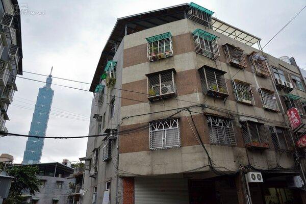 位於吳興街巷內有台北市最小的違建,有趣的是竟然是101景觀套房。(好房網News記者 陳韋帆/攝影)