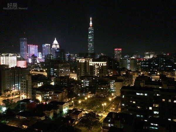 晚上從八德路阿曼大樓遠眺101大樓。(吳光中/攝)