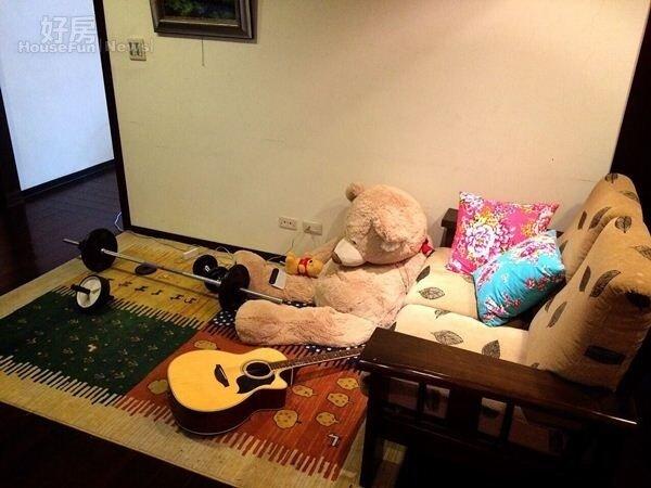 10.小客廳是洪浩竣練吉他與健身的地方。