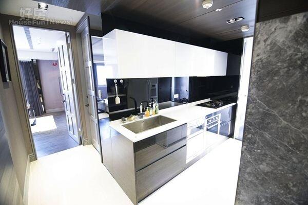 4.廚房同樣使用大量黑色烤漆玻璃鏡面材質,透過製造視覺盲點,讓人有彷彿空間加大的錯覺。