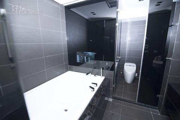 7.主臥浴室偌大鏡面牆內裝了電視,讓可蒂能享受邊泡澡邊看電視的樂趣。