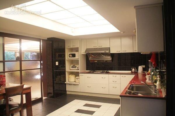 5.比套房還大的廚房,夠幾位好姊妹一起下廚了。