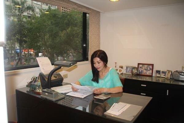 9.平常沒事,蔣黎麗會在書房檢閱投資狀況。