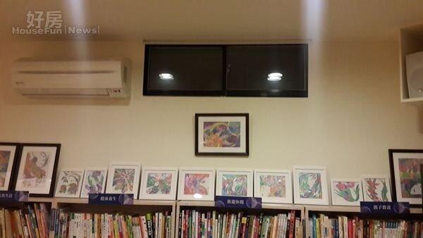 7.書架上展示著郭訓成的畫作,寶兒樂於與年輕畫家合作,提供優秀藝術創作者展出空間。