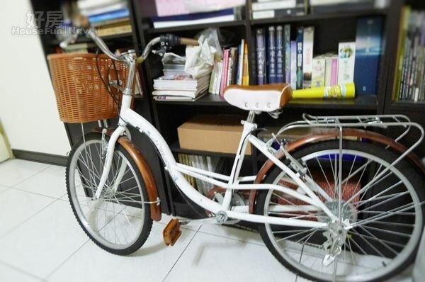3.辦公室一角有著腳踏車,瞿友寧平日多以它代步。