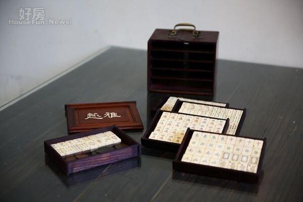 14.陳雨達20多年前在骨董市集尋獲的麻將,手工雕刻相當細膩。