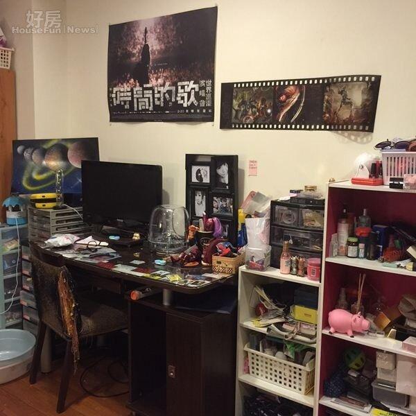 7.書桌的擺設很有個性,牆上貼著自己的生活照。
