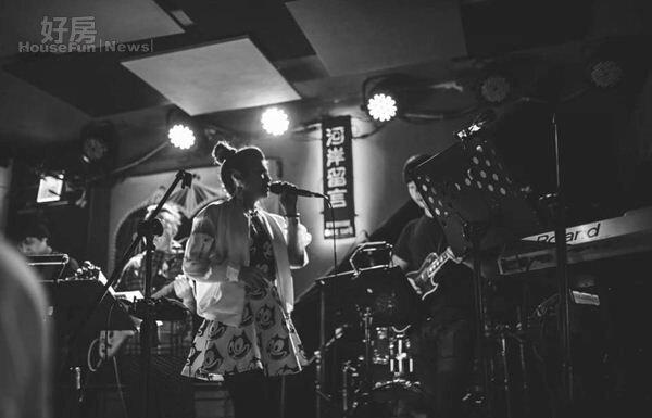 10.林吟蔚最近剛完成河岸留言的演唱,也積極為年底「我們的小小世界」個人演唱會做準備。