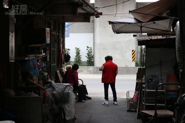 大陳社區小巷裡,街坊鄰居閒話家常交流情感(新北市都更處提供)