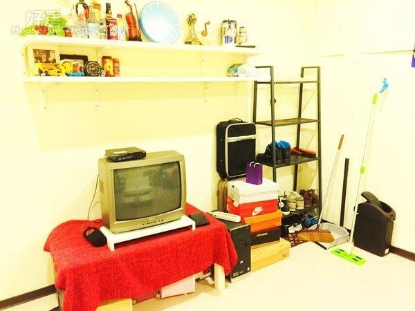 4.陳岢鋐笑稱自己有「收納強迫症」,將客廳整理得很乾淨,連層架都規定室友要依序擺好。