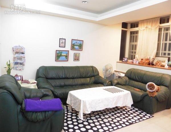 2.黃雅勵目前與家人同住內湖26坪的公寓,客廳空間十分寬敞。