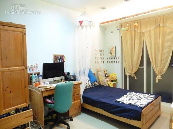 6.雅勵的房間清一色是原木傢俱,床上還有公主紗帳。