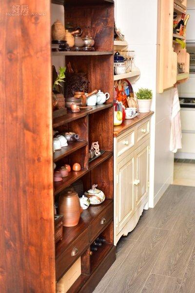8.餐廳區以中國風茶櫃搭配歐式鄉村風餐櫃,搭配起來完全沒有違和感。