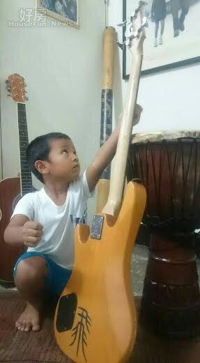 6.撒基努經常邀請三五好友來家一起玩音樂,因此家裡可見到擺滿吉他、Bass、傳統木鼓等多種樂器。