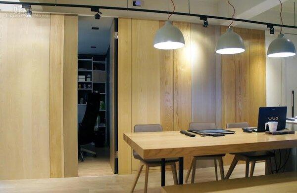 8.衛浴間和個人休息室,也都採融入門片後的隱藏式設計,讓整體空間更具開放感。