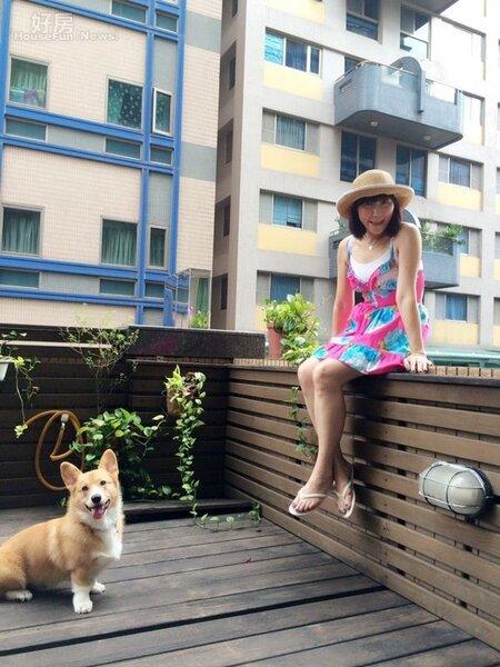 7.10坪的大露台,是Tina與愛犬最喜歡的角落。