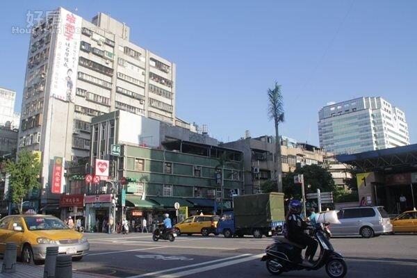 2.劉樂妍的家位於捷運民生西路站附近,下樓就有捷運,交通四通八達。