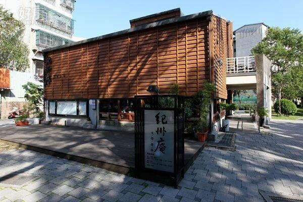 10.由餐廳延伸的戶外平台,也是最佳的展演小舞台。