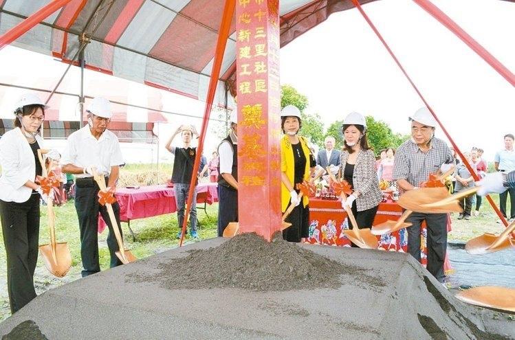謝見智(右一)代表他的父親,無償提供土地興建社區活動中心,昨天舉行動土儀式。 記者李京昇/攝影