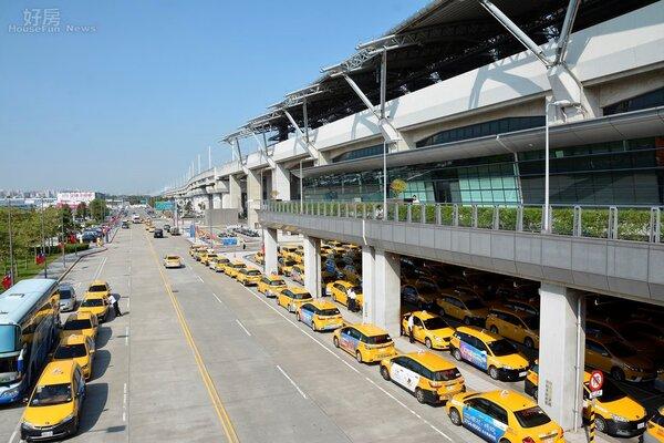 高鐵台中站的計程車排班量可以知道人潮的流量有多大。(好房網News記者 陳韋帆/攝影)