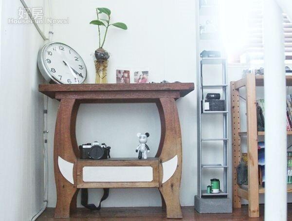 3.老舊的桌子、木材經過曾少宗靈機一動,都變成古色古香的家具。