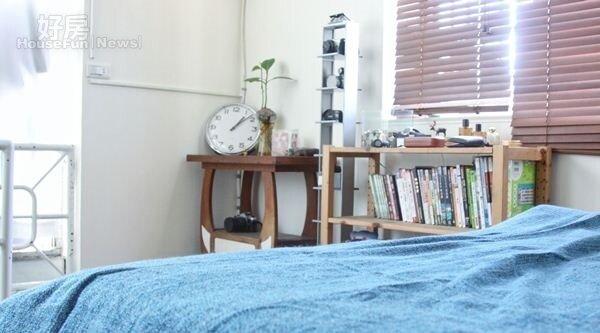 6.臥房走工業風結合日系,白色牆面搭配藍色床單,加上陽光,就像生活在雲端上。