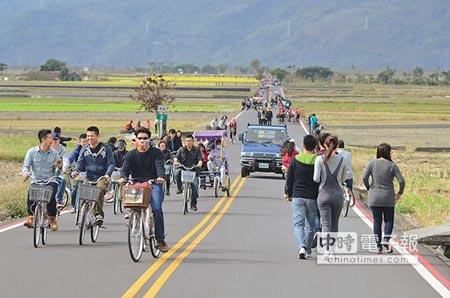 筆直的台東縣池上鄉伯朗大道,經常遊客如織。(本報資料照片)