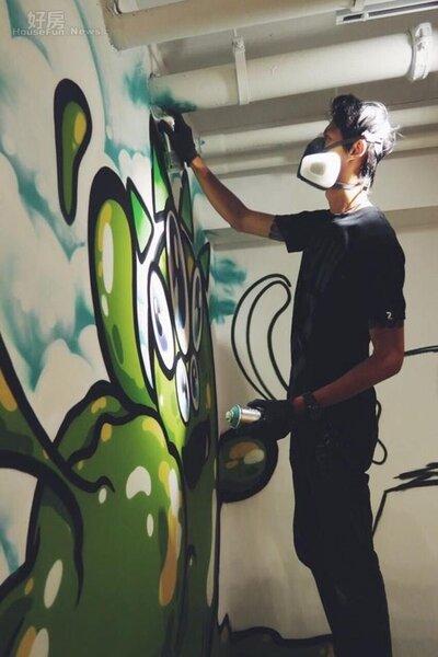 3. Ivy特地邀請台灣知名藝術創作家DEBE,將VS MEDIA七隻怪獸代表轉化成創作元素畫在牆面上。