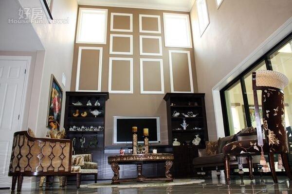 3.客廳挑高24英呎(約7米3),家具與瓷器擺設巧妙融合中式的精緻典雅與西式的端莊大器。