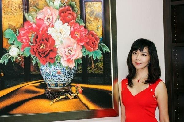 1.旅美畫家周心怡去年搬入新家,特別繪製牡丹系列畫作來點綴。